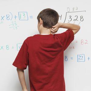oppilas pähkäilee matikantehtäviä
