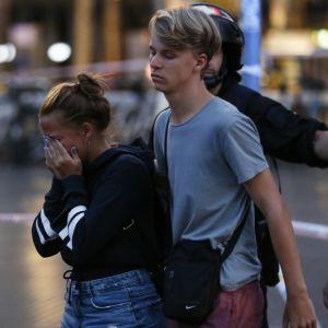 Poliisi ohjasi ihmisiä eristetyn alueen ulkopuolella Barcelonassa torstain ja perjantain välisenä yönä.