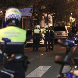 Poliiseja Cambrilsin kaduilla terrori-iskun jälkeen.