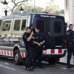 Poliisit partioivat La Ramblalla päivä terrori-iskujen jälkeen Barcelonassa