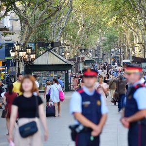 Poliiseja partioimassa La Ramblalla perjantaina.