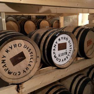 Asiakkaiden viskitynnyreitä kypsymässä tislaamon kellarissa.