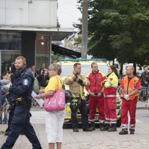 Pelastushenkilökuntaa Turun kauppatorilla perjantaina 18. elokuuta.