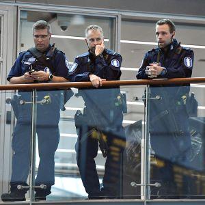 Aseistauneita poliiseja Helsinki-Vantaan lentoasemalla perjantaina 18. elokuuta.