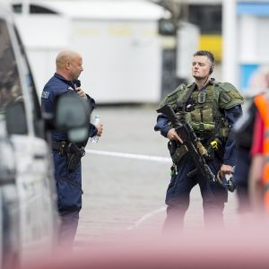 Aseistautunut poliisi vartiossa Turun torilla.
