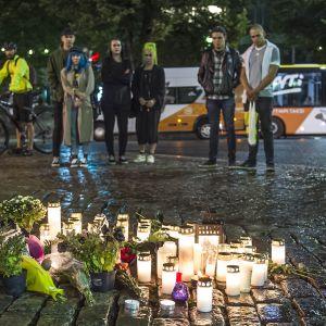 Ihmisiä Turun kauppatorilla puukotuksen uhrien muistopaikalla 18. elokuuta.