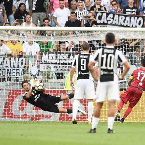 Gianluigi Buffon tojrui rangaistuspotkun.