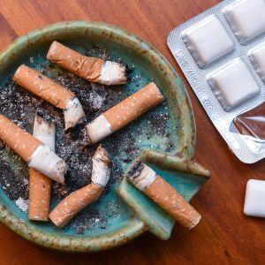 tupakantumppeja ja nikotiinipurkkaa
