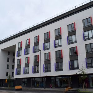 Vapuadenkatu 48-50 osoitteen kaksiosainen kerrostalo on uusinta uutta Jyväskylää.