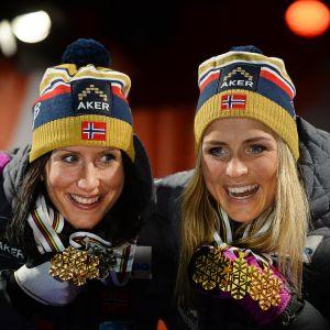 Marit Björgen ja Therese Johaug juhlivat mitaleja.
