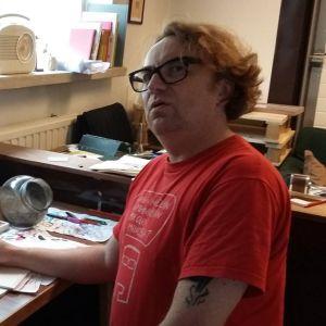 Sarjakuvataiteilija Pertti Jarla Porvoon studiollaan.