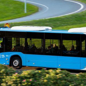 Bussi Länsiväylällä Lauttasaaren kohdalla