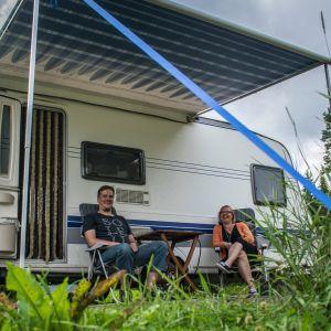 Liisa Hepomäki ja Petri Leppänen ensimmäisellä reissulla omalla vaunulla Häyrylänranta campingissa.