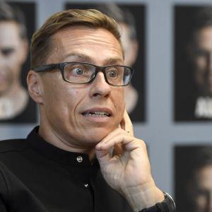 Alexander Stubb kirjansa Alex julkistamistilaisuudessa Helsingissä torstaina.