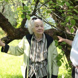 Aila ja hänen puolisonsa Pertti Kivivuori vanhan omenapuun alla