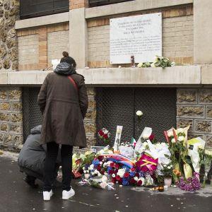 Muistokukkia, joita pariisilaiset toivat ravintoloiden eteen niiden avattua taas ovensa.