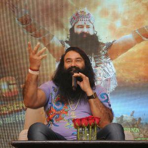Guru istuu elokuvamainoksensa edessä.