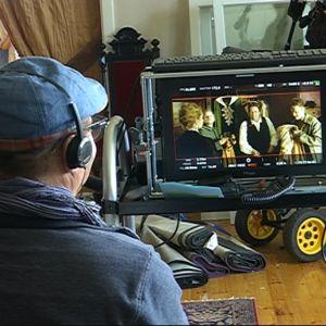 Ohjaaja Heikki Kujanpää tarkkailee monitorista parhaillaan kuvattavaa kohtausta