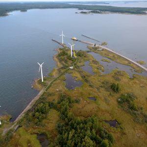 Vuonna 1991 rakennetut neljä tuulivoimalaa ovat tulleet elinkaarensa loppuun Korsnäsissä Pohjanmaalla.