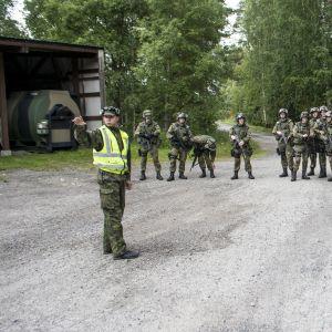 Luutnantti Topi Hannula antaa palautetta joukkueelle.