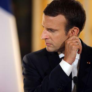 Macron näyttää mietteliäältä.