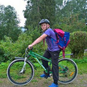 Veeti Pesonen pyörän selässä