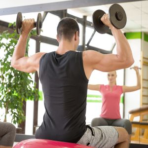 nainen ja mies treenaa