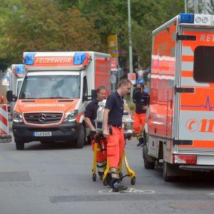 kaksi ambulanssia, keskoskaappia kuljetetaan toisen kyytiin