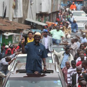 Opposition ehdokas Raila Odinga (keskellä) tervehti tukijoitaan Matharen slummeissa Nairobissa Keniassa 3. syyskuuta 2017.