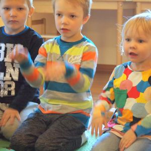 Lapset laulavat päiväkodissa