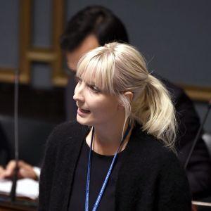 Perussuomalaisten Laura Huhtasaari eduskunnan suullisella kyselytunnilla Helsingissä 7. syyskuuta 2017.