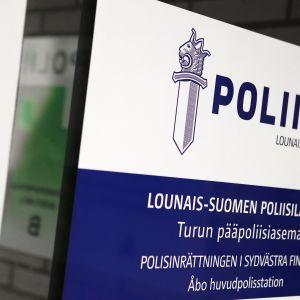 Kyltti Lounais-Suomen poliisiaseman ovessa.