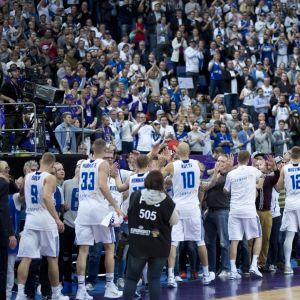 Susijengi kiittää katsojia viimeisen lohko-ottelun jälkeen.