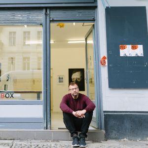 Mika Karhu kuvattuna Galerie Toolboxin portailla Berliinissä.
