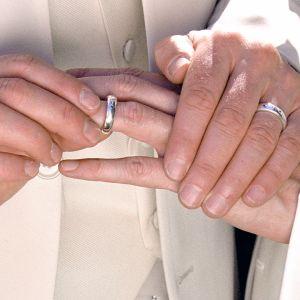 Mies pujottaa sormuksen toisen miehen nimettömään.