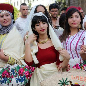Perinteisiin asuihin pukeutuneita tunisialaisnaisia.