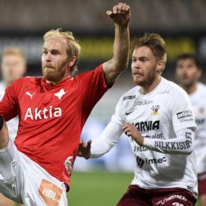 HIFK:n Kim Raimi, JJK:n Samu Nieminen taistelivat pallosta.