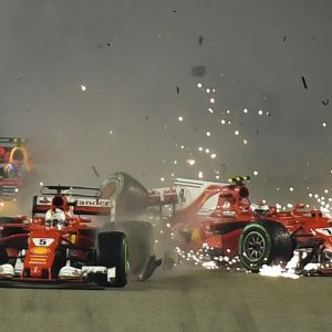 Sebastian Vettel, Max Verstappen ja Kimi Räikkönen törmäävät lähdön jälkeen Singaporessa.