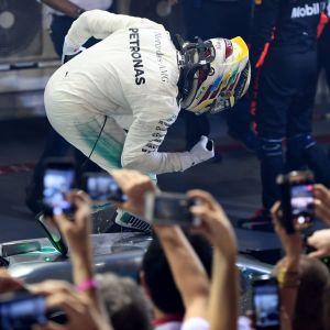 Lewis Hamilton juhli voittoa Singaporessa.