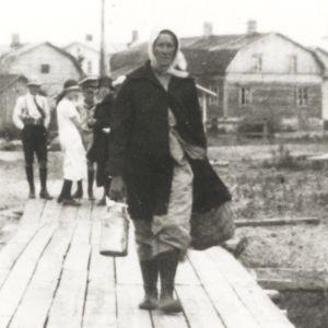 Rajanylittäjiä Handolinin kävelysillalla Haaparannasta Tornioon