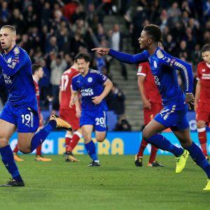 Leicesterin Islam Slimani tuulettaa maalia.