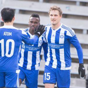 HJK:n Atomu Tanaka, Evans Mensah ja Ville Jalasto juhlivat maalia.