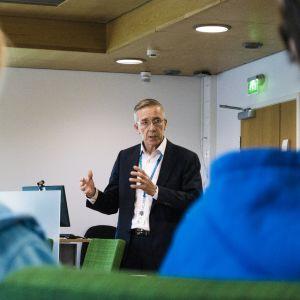 Palvelualuejohtaja Markku Härmä puhuu ja sairaanhoitajat kuuntelevat.