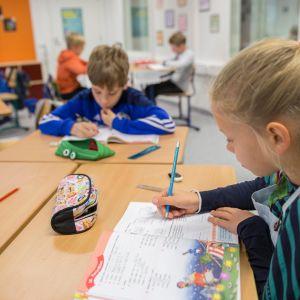 Espoon Aarnivalkean koulun nelosluokan oppilaita väistötiloissa Pohjois-Tapiolassa