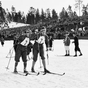 Suomen hiihtäjä Paavo Lonkila lähettää Urpo Korhosen matkaan Oslon olympialaisissa 1952.