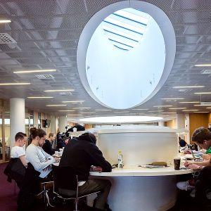 Opiskelijoita lukemassa Helsingin yliopiston Kaisa-talossa sijaitsevassa pääkirjastossa.