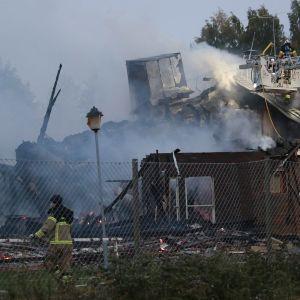 Paloa sammutetaan Örebrossa tiistaiaamuna.