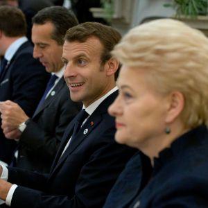 Ranskan presidentti Emmanuel Macron (kesk.) osallistui EU-johtajien illalliselle Tallinnassa torstaina.