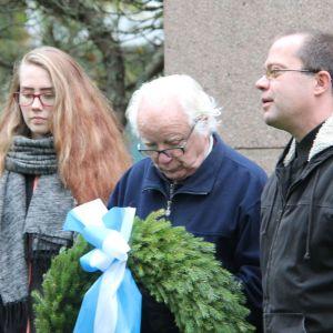 Laura Rajala, Pertti Vuori ja Sami Kolehmainen laskevat seppeleen.