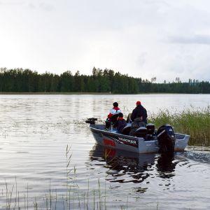 veneilijöitä järvellä
